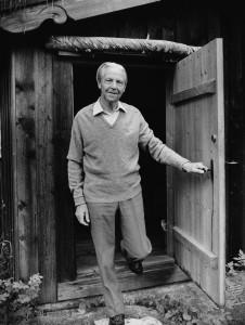 Jan-Magnus Bruheim ved døra heime i Skjåk